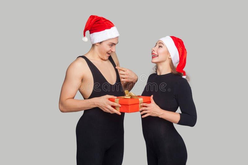 Έκπληκτο κιβώτιο δώρων εκμετάλλευσης ανδρών και εξέταση τη γυναίκα και το aski της στοκ εικόνες με δικαίωμα ελεύθερης χρήσης