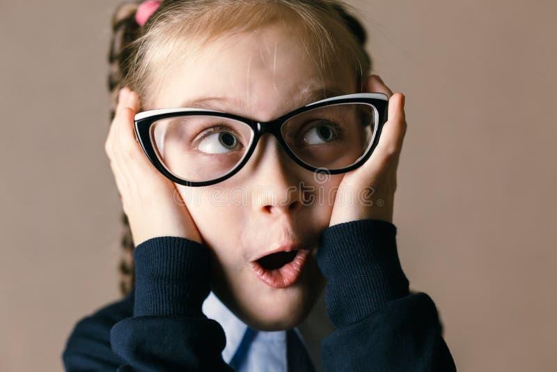 Έκπληκτο μικρό κορίτσι με τα γυαλιά στοκ εικόνες