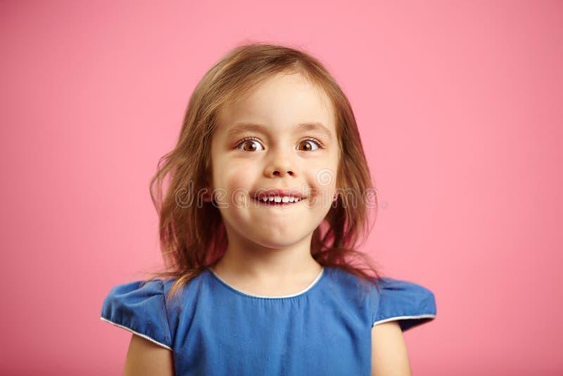 Έκπληκτο μικρό κορίτσι με τα ευρέα μάτια, απομονωμένο πορτρέτο στοκ εικόνα με δικαίωμα ελεύθερης χρήσης