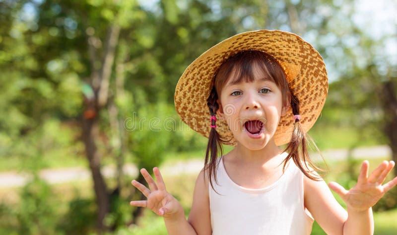 Έκπληκτο μικρό κορίτσι στο καπέλο αχύρου στοκ εικόνες με δικαίωμα ελεύθερης χρήσης