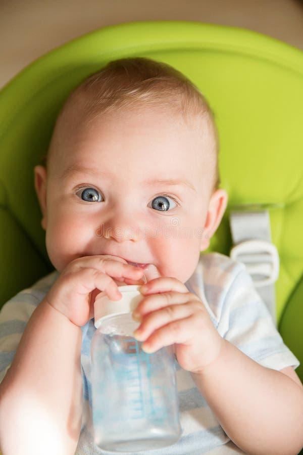 Έκπληκτο μωρό πρόσωπο, αστεία κυλώντας μάτια παιδιών νηπίων, κατάπληκτο παιδί με το μπουκάλι γάλακτος στοκ φωτογραφία με δικαίωμα ελεύθερης χρήσης