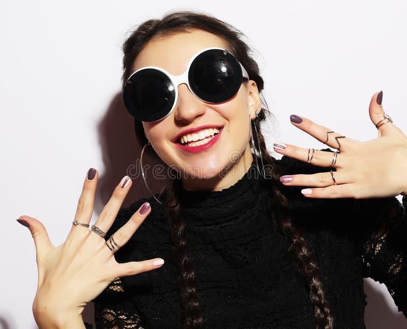 Έκπληκτο ομορφιά πρότυπο κορίτσι μόδας που φορά τα μεγάλα γυαλιά ηλίου το φοβισμένο πορτρέτο κοριτσιών προσώπου εξέπληξε τις νεολ στοκ εικόνες