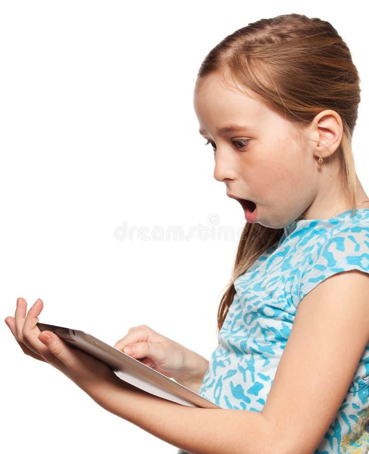 Έκπληκτο παιδί με ένα PC ταμπλετών στοκ εικόνα με δικαίωμα ελεύθερης χρήσης