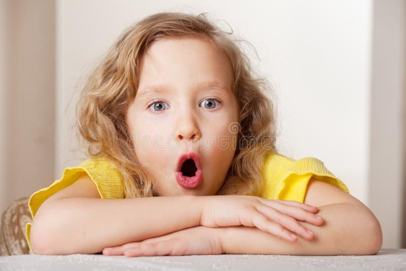 Έκπληκτο πορτρέτο κορίτσι στοκ φωτογραφία με δικαίωμα ελεύθερης χρήσης