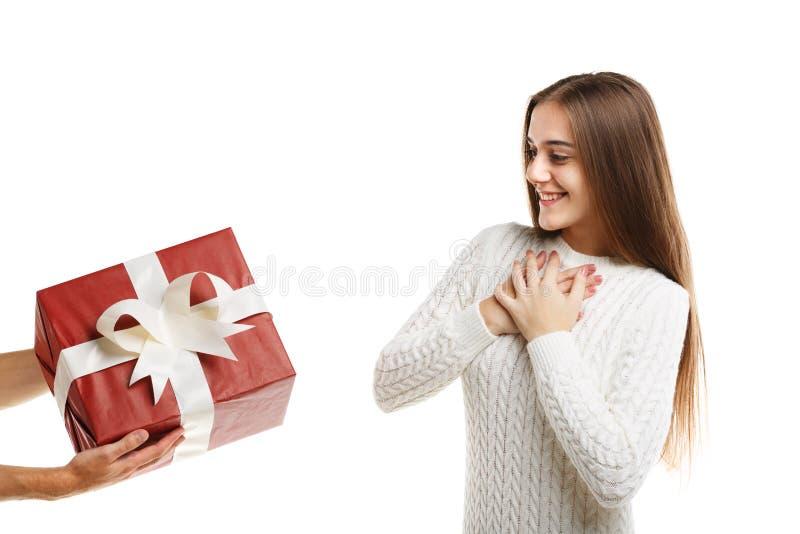 Έκπληξη Ένα συγκινημένο νέο χαριτωμένο κορίτσι λαμβάνει ένα δώρο στοκ φωτογραφία με δικαίωμα ελεύθερης χρήσης