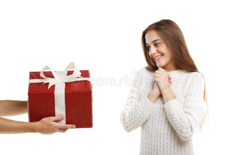Έκπληξη Ένα συγκινημένο νέο χαριτωμένο κορίτσι λαμβάνει ένα δώρο στοκ εικόνες