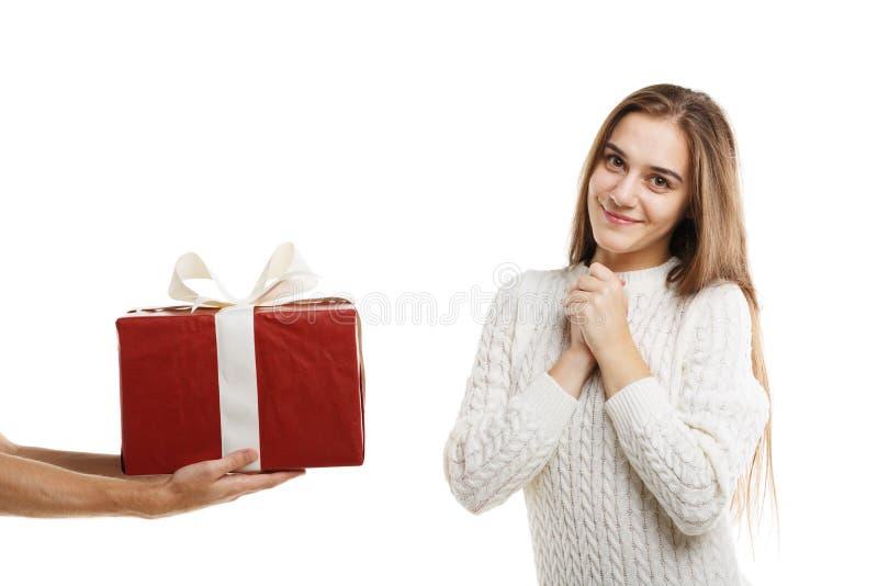 Έκπληξη Ένα συγκινημένο νέο χαριτωμένο κορίτσι λαμβάνει ένα δώρο στοκ εικόνα με δικαίωμα ελεύθερης χρήσης