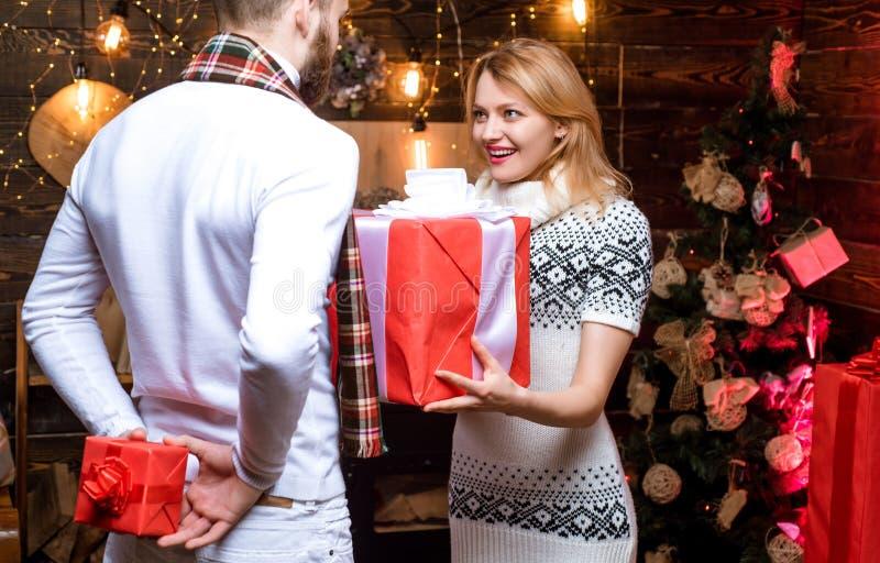 Έκπληξη για τον αγαπημένο r Δώρα Χριστουγέννων Άτομο όμορφο με την έκπληξη κιβωτίων δώρων για στοκ φωτογραφίες με δικαίωμα ελεύθερης χρήσης