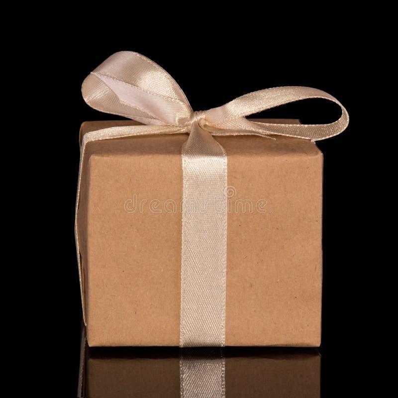 Έκπληξη κιβωτίων δώρων που απομονώνεται στο Μαύρο στοκ εικόνα