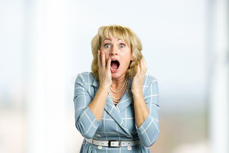 Έκπληκτη έκπληξη μέση ηλικίας γυναίκα στοκ εικόνες