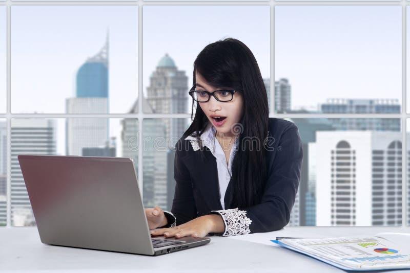 Έκπληκτη γυναίκα εργαζόμενος στο γραφείο στοκ φωτογραφίες