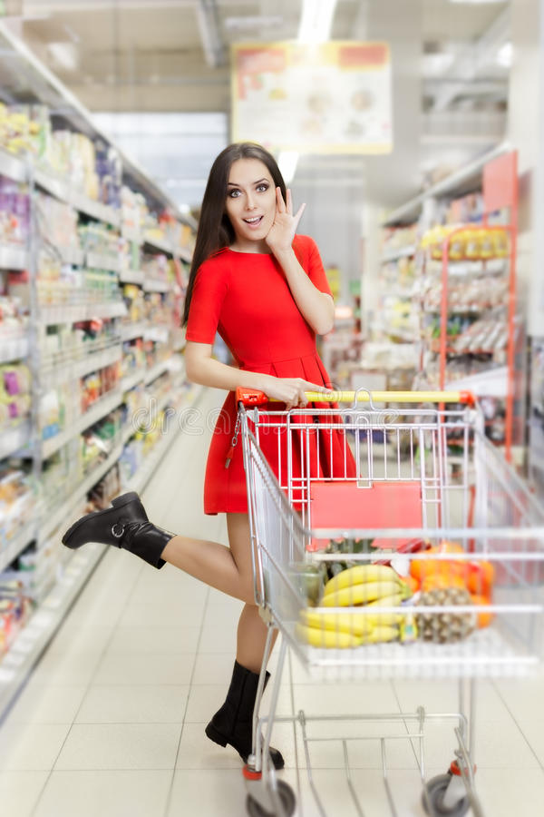 Έκπληκτη γυναίκα που ψωνίζει στην υπεραγορά στοκ φωτογραφία με δικαίωμα ελεύθερης χρήσης