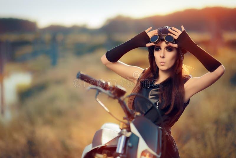 Έκπληκτη γυναίκα Steampunk δίπλα στη μοτοσικλέτα της στοκ εικόνα με δικαίωμα ελεύθερης χρήσης