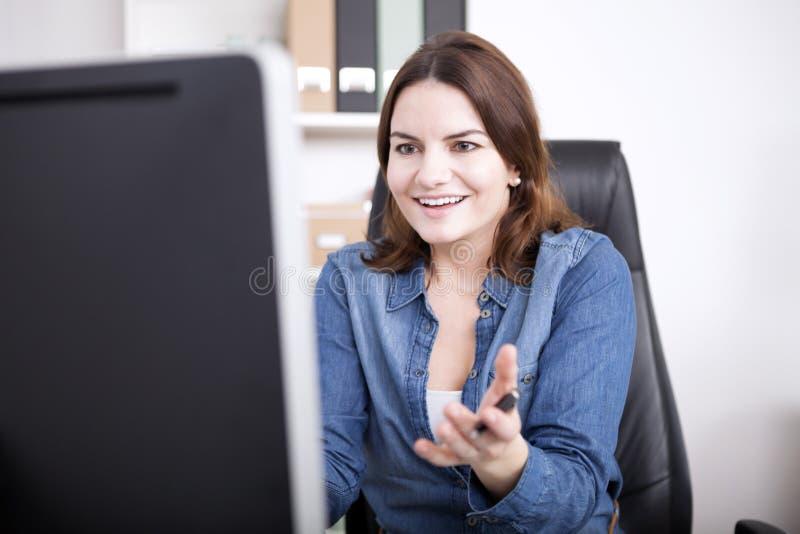 Έκπληκτη επιχειρηματίας που αντιμετωπίζει στη οθόνη υπολογιστή στοκ εικόνα με δικαίωμα ελεύθερης χρήσης