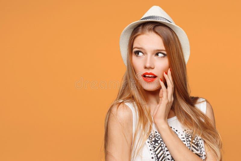 Έκπληκτη ευτυχής όμορφη γυναίκα που κοιτάζει λοξά στον ενθουσιασμό Απομονωμένος στο πορτοκαλί υπόβαθρο στοκ φωτογραφία με δικαίωμα ελεύθερης χρήσης