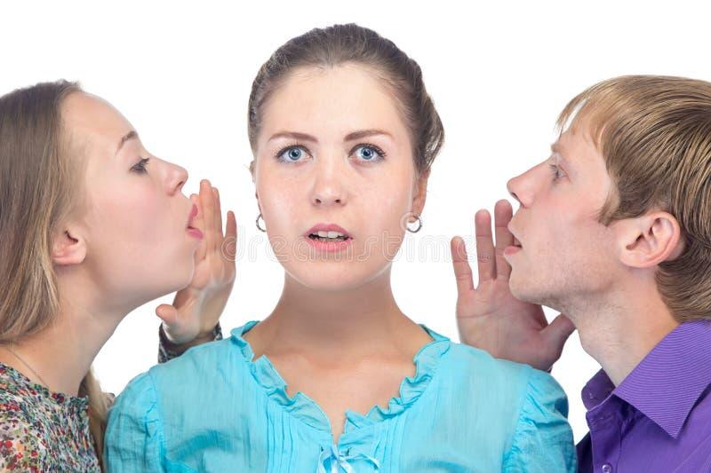Έκπληκτη νέα γυναίκα και δύο άνθρωποι στοκ εικόνες με δικαίωμα ελεύθερης χρήσης