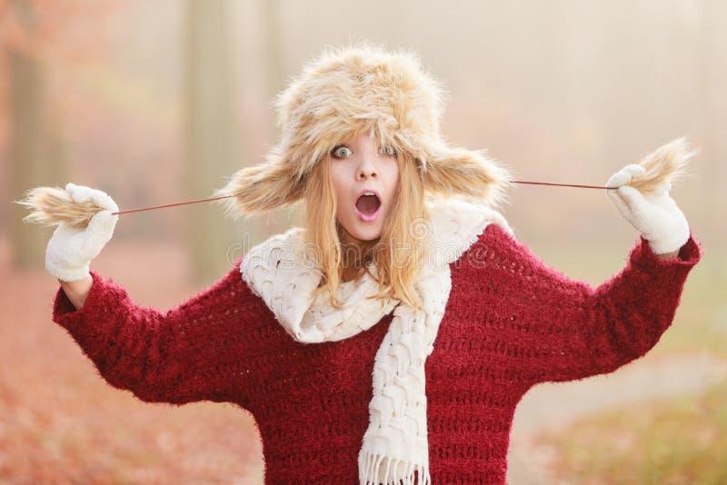 Έκπληκτη όμορφη γυναίκα μόδας στο χειμερινό καπέλο γουνών στοκ εικόνα