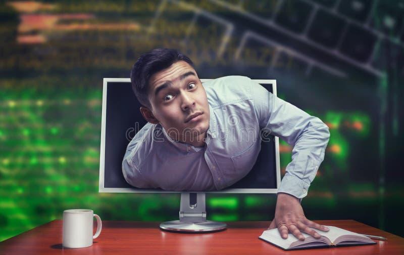 Έκπληκτος επιχειρηματίας από την οθόνη στοκ φωτογραφία με δικαίωμα ελεύθερης χρήσης
