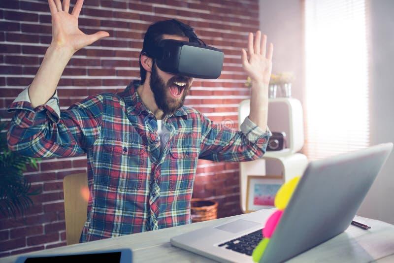 Έκπληκτος δημιουργικός επιχειρηματίας που φορά τα τρισδιάστατα τηλεοπτικά γυαλιά στοκ εικόνες με δικαίωμα ελεύθερης χρήσης