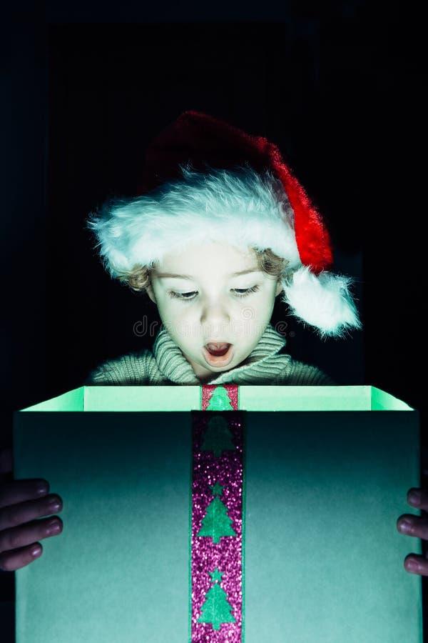 Έκπληκτο αγόρι με το χριστουγεννιάτικο δώρο στοκ εικόνες με δικαίωμα ελεύθερης χρήσης