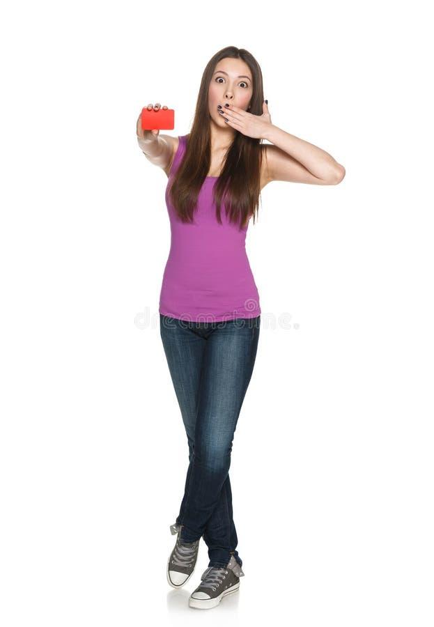 Έκπληκτο θηλυκό που παρουσιάζει κενή πιστωτική κάρτα στοκ φωτογραφία με δικαίωμα ελεύθερης χρήσης