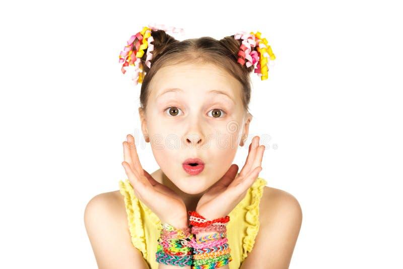 Έκπληκτο κορίτσι με τα καθιερώνοντα τη μόδα χειροποίητα υφαίνοντας βραχιόλια στοκ φωτογραφίες με δικαίωμα ελεύθερης χρήσης