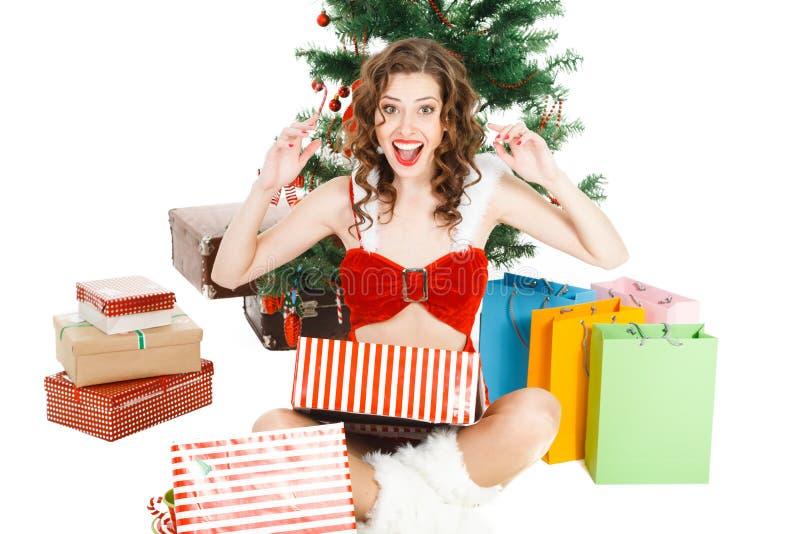 έκπληκτο κορίτσι Χριστουγέννων που απομονώνεται στο άσπρο υπόβαθρο με το κιβώτιο δώρων στοκ εικόνα