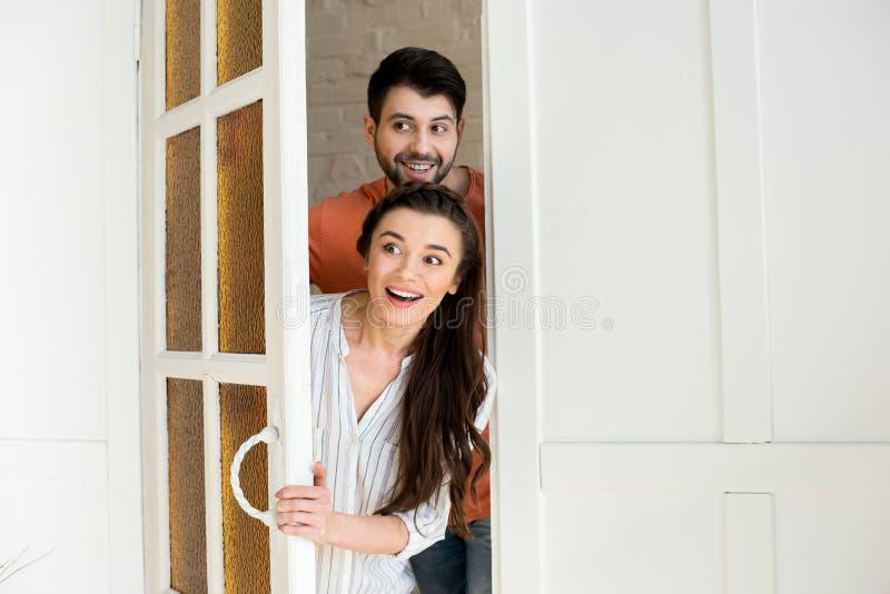 Έκπληκτο νέο ζεύγος που στέκεται στην πόρτα στοκ φωτογραφίες με δικαίωμα ελεύθερης χρήσης