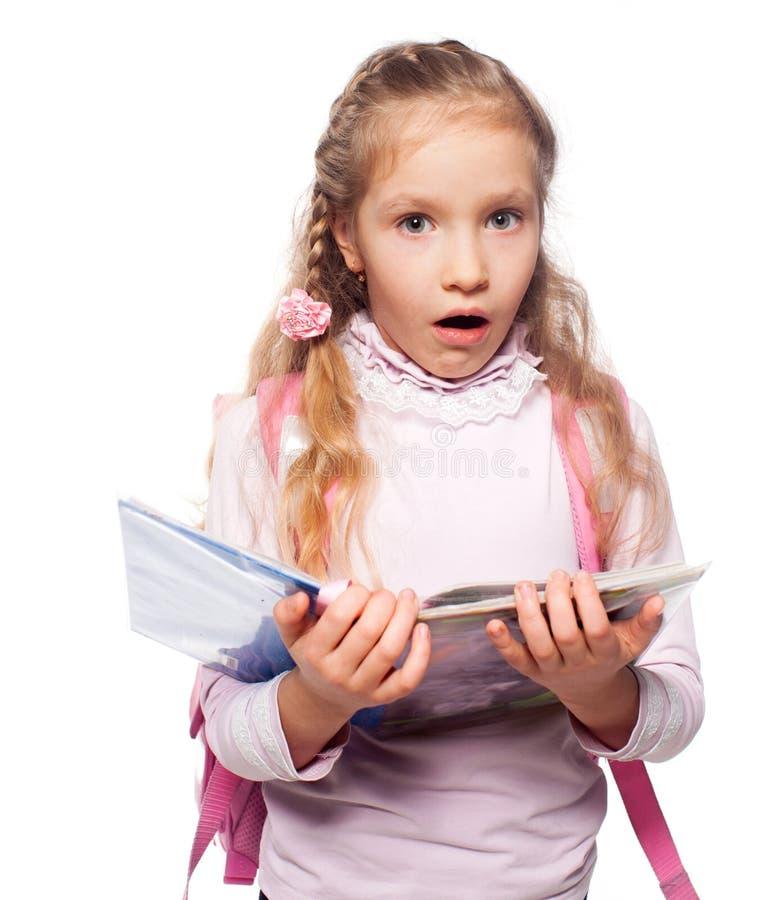 Έκπληκτο παιδί με τη σχολική τσάντα στοκ εικόνα