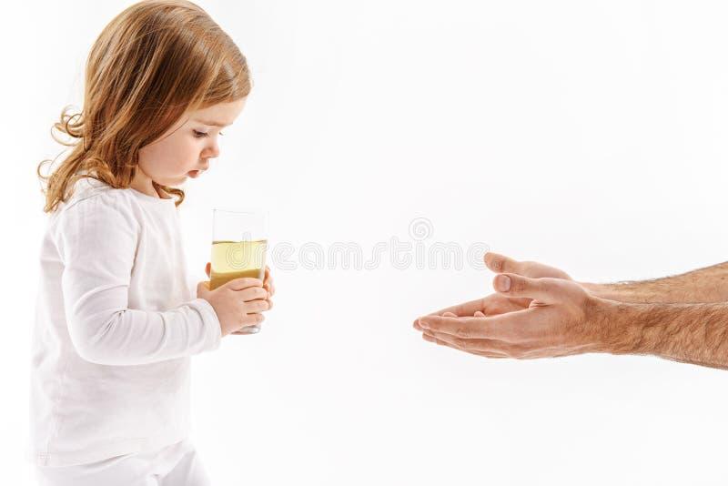 Έκπληκτο παιδί που κρατά τον όγκο του unclean υγρού στοκ εικόνα με δικαίωμα ελεύθερης χρήσης