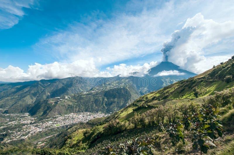 Έκρηξη ενός ηφαιστείου Tungurahua και της πόλης Banos de Agua Santa στοκ φωτογραφίες