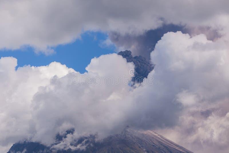 Έκρηξη ημέρας ηφαιστείων Tungurahua στοκ φωτογραφία