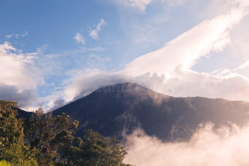 Έκρηξη ηλιοβασιλέματος ηφαιστείων Tungurahua, εναέρια άποψη σπιτιών δέντρων στοκ φωτογραφία με δικαίωμα ελεύθερης χρήσης