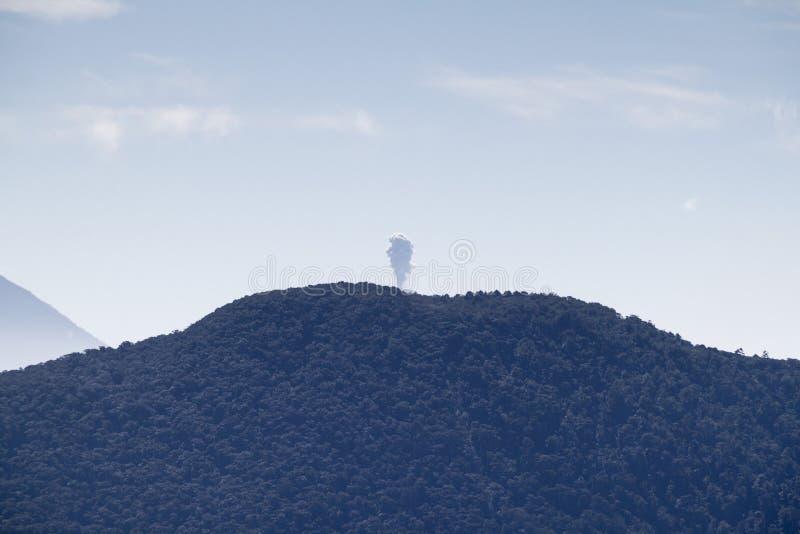 Έκρηξη του ηφαιστείου Fuego που κρύβεται πίσω από volcan Toliman, Guatema στοκ εικόνα