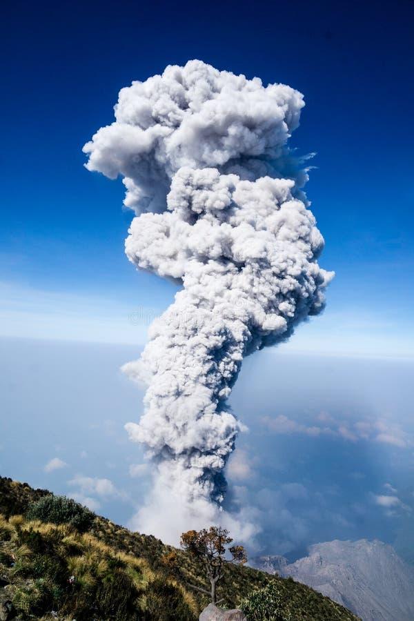 Έκρηξη του ηφαιστείου Santiaguito στη Γουατεμάλα από τη Σάντα Μαρία στοκ φωτογραφία με δικαίωμα ελεύθερης χρήσης