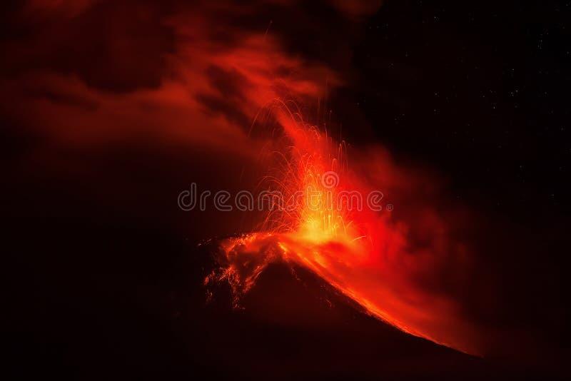 Έκρηξη του ηφαιστείου Tungurahua τη νύχτα στοκ φωτογραφία
