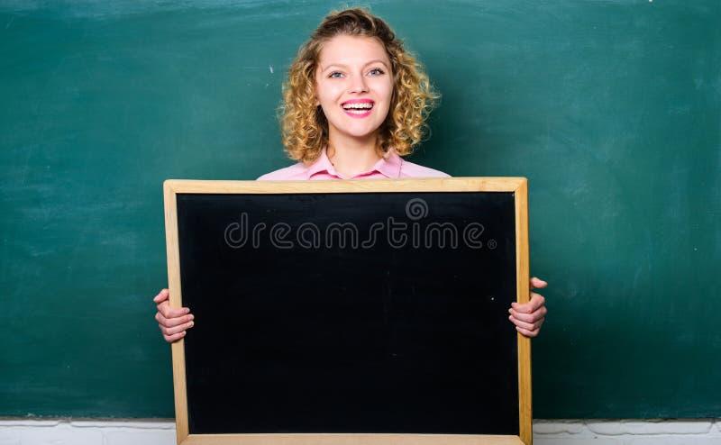 Έκτακτα γεγονότα Δασκάλων εύθυμο γυναικών λαβής διάστημα αντιγράφων πινάκων κενό Έννοια σχολικών πληροφοριών Πρόγραμμα σχολικών κ στοκ εικόνες