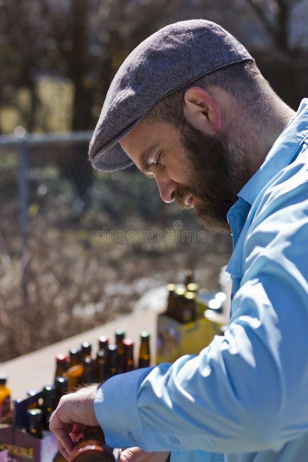έκχυση ατόμων μπύρας στοκ εικόνες