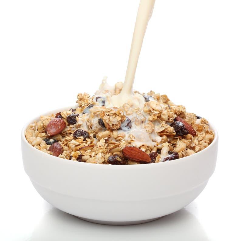 έκχυση γάλακτος granola κύπελ&lamb στοκ εικόνα με δικαίωμα ελεύθερης χρήσης