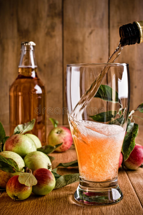 έκχυση γυαλιού μηλίτη στοκ φωτογραφία με δικαίωμα ελεύθερης χρήσης
