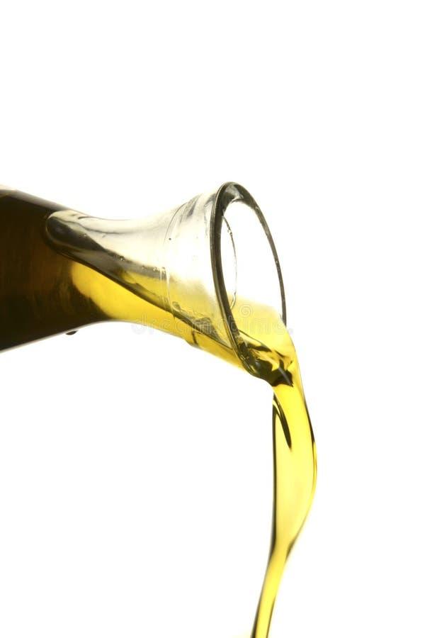 έκχυση ελιών πετρελαίου στοκ εικόνες