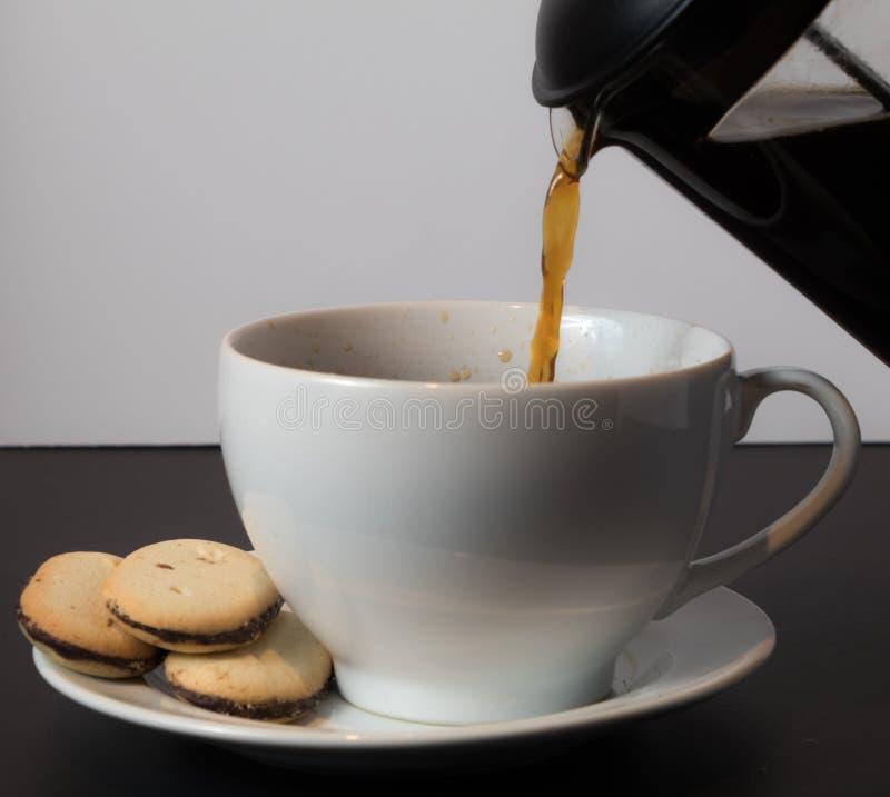 Έκχυση ενός φλιτζανιού του καφέ με τα milanos στοκ φωτογραφίες με δικαίωμα ελεύθερης χρήσης