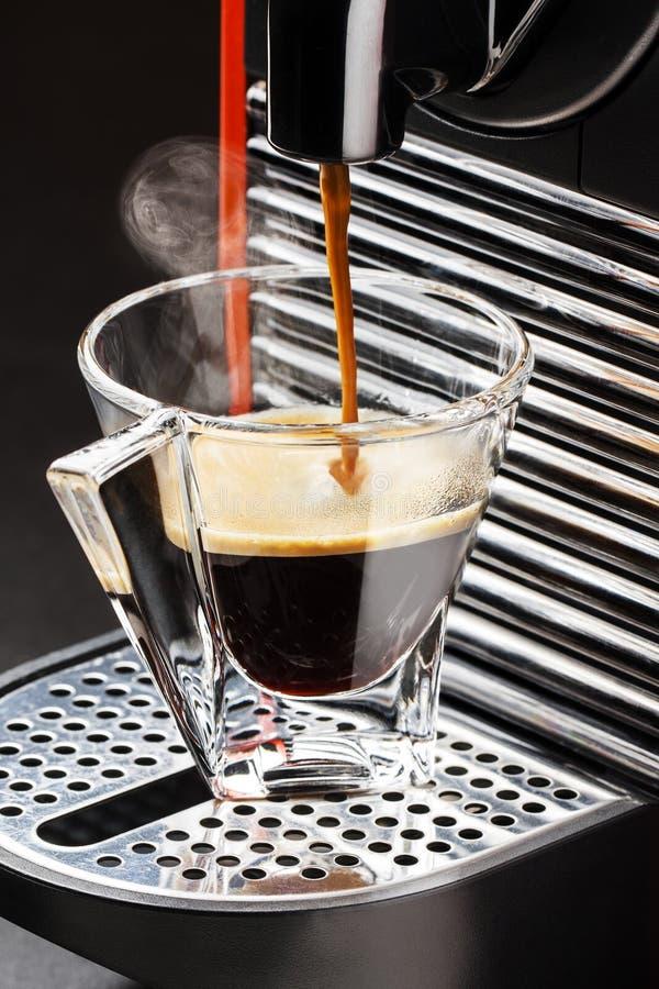 Έκχυση κατασκευαστών μηχανών Espresso καφέ φλυτζανιών γυαλιού στοκ φωτογραφία