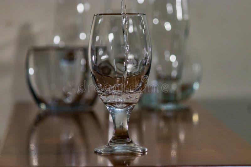 Έκχυση νερού στο γυαλί 1 στοκ φωτογραφίες