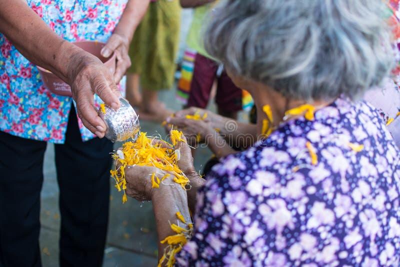 Έκχυση νερού στο ηλικιωμένο άνθρωπο στην παράδοση φεστιβάλ Songkran Ταϊλάνδης στοκ φωτογραφία με δικαίωμα ελεύθερης χρήσης