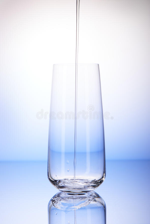 Έκχυση νερού στο κενό γυαλί κατανάλωσης με την αντανάκλαση στοκ φωτογραφία με δικαίωμα ελεύθερης χρήσης