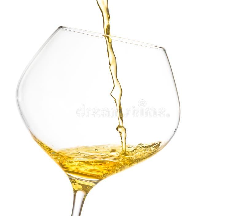 Έκχυση του άσπρου κρασιού σε ένα γυαλί με το διάστημα για το κείμενο στοκ εικόνα με δικαίωμα ελεύθερης χρήσης