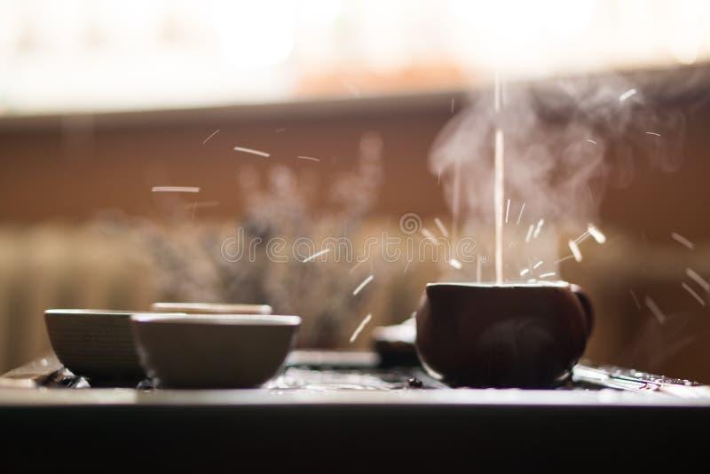 Έκχυση του τσαγιού Puer από Teapot στην τελετή τσαγιού παραδοσιακού κινέζικου Σύνολο εξοπλισμού για το τσάι στοκ φωτογραφίες με δικαίωμα ελεύθερης χρήσης
