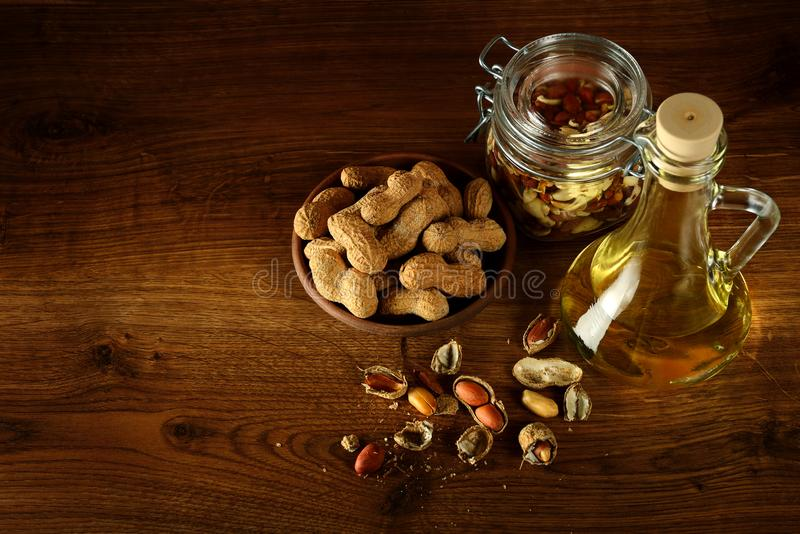 Έλαιο φυστικιών στο μπουκάλι και ξηρά καρύδια στον ξύλινο πίνακα Τοπ όψη στοκ φωτογραφία