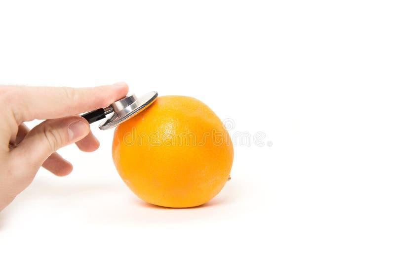 Έλεγχος, που εξετάζει τα πορτοκάλια, φρούτα στοκ εικόνες με δικαίωμα ελεύθερης χρήσης